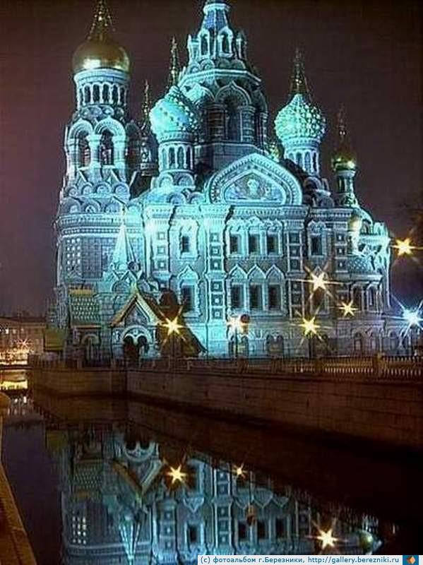 В память о мученической смерти императора Александра II на месте его убийства построили храм.  Он был освящен при его...